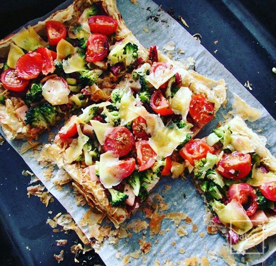 Тарт с колбасками,брокколи и томатами