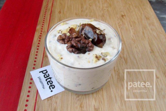 Десерт из греческого йогурта с мёдом, орехами и сухофруктами