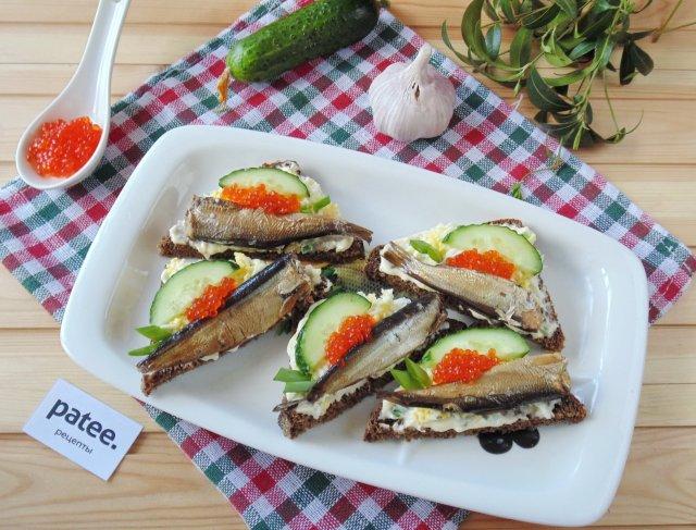 Бутерброды с шпротами и яйцом