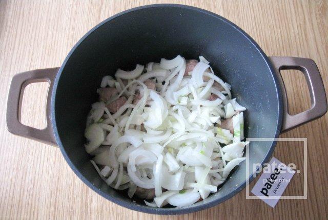 Бигус с фасолью и сосисками