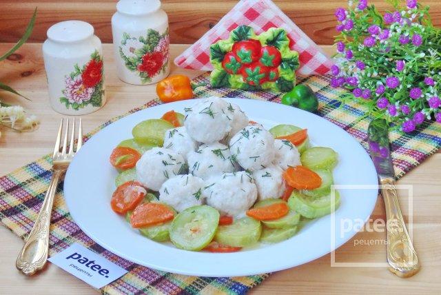 Куриные фрикадельки с кабачками в сливочном соусе