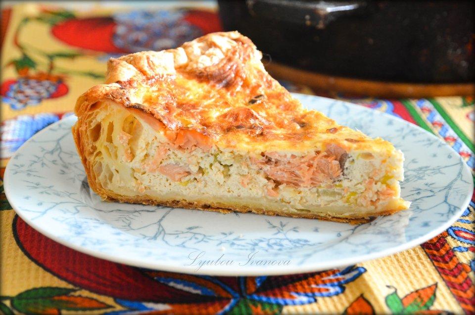 Пирог с красной рыбой из слоёного теста