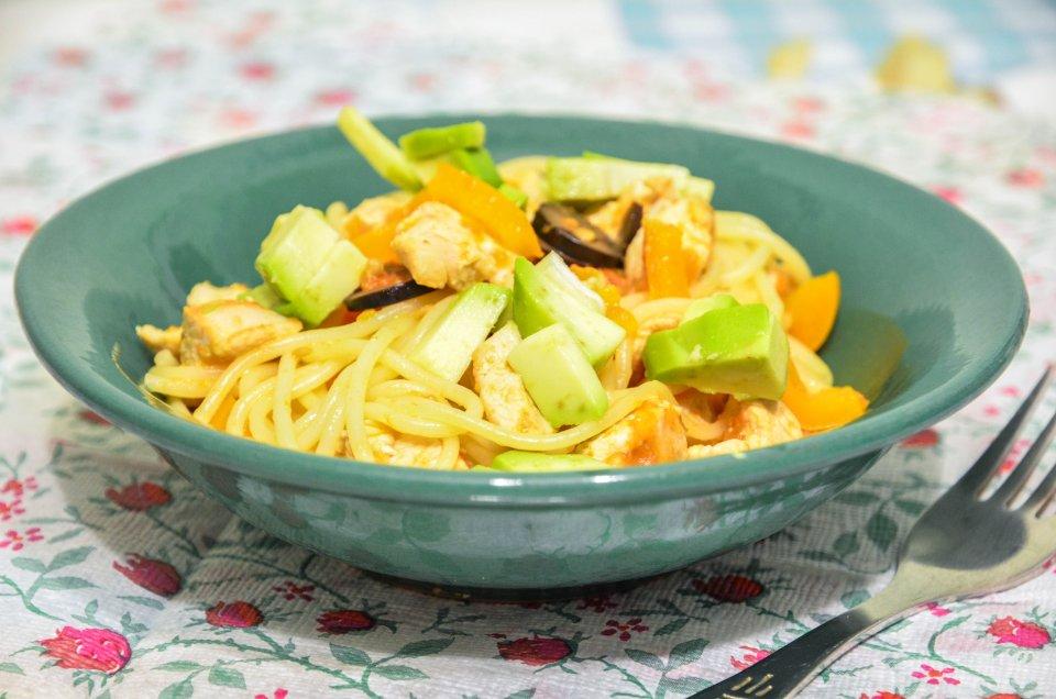 Спагетти с курицей и авокадо