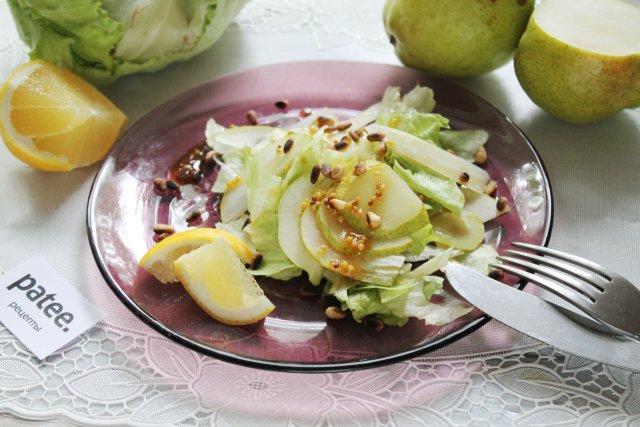Легкий салат с грушей, сыром и кедровыми орешками