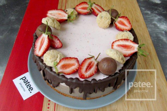 Творожный торт с клубникой и шоколадом