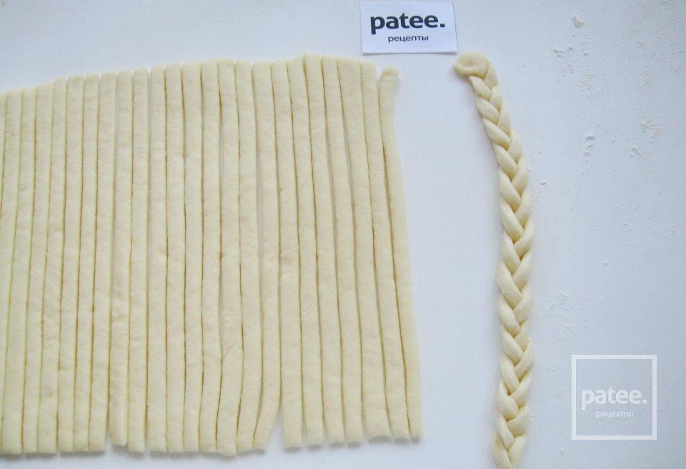 Сдобные плетенки с черешней