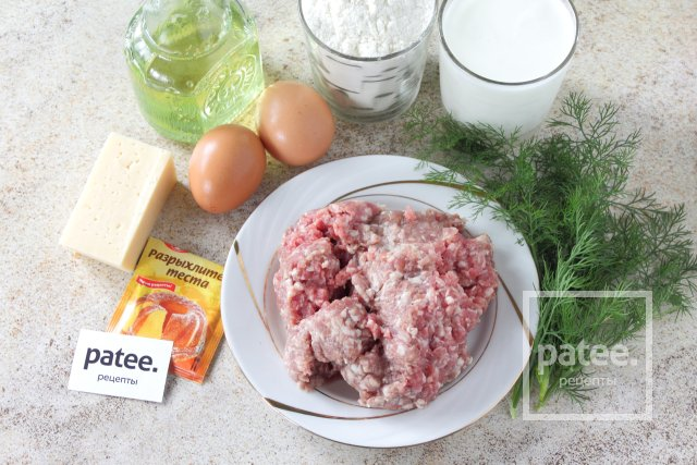 Заливной пирог на кефире с фаршем и сыром