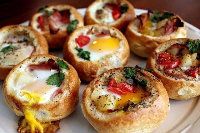 Яйца запечённые в булочке