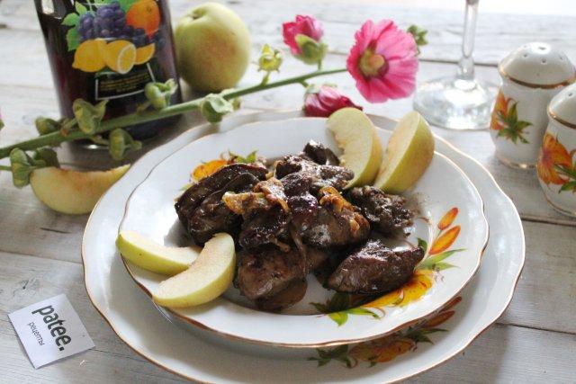 Куриная печёнка с яблоками в медово-винном соусе