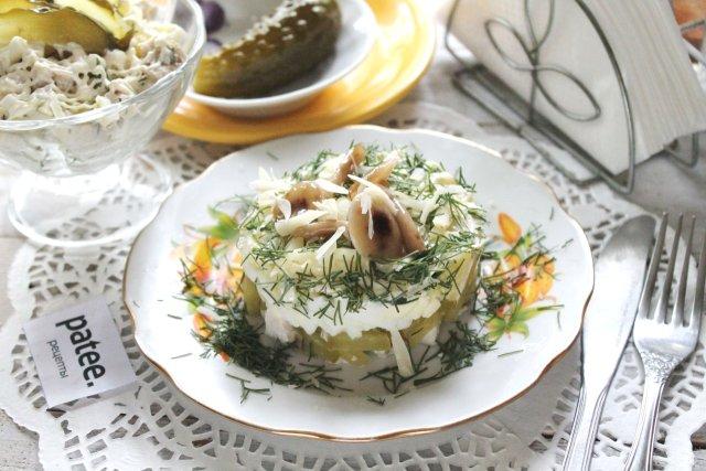 Салат с курицей, яйцами и огурцами