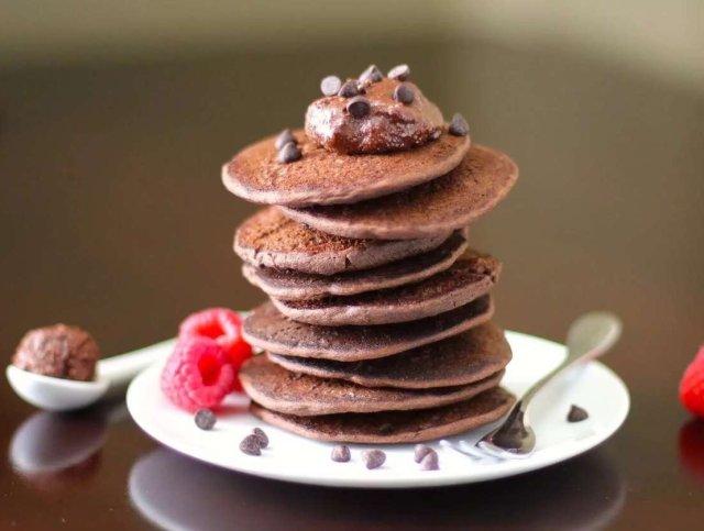Чоко-панкейки с орехово-карамельным соусом