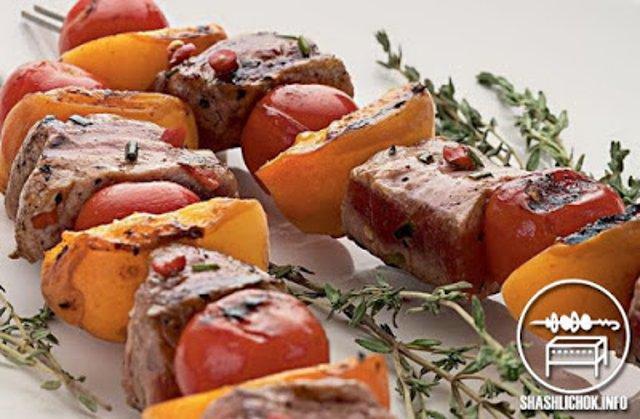 Шашлык из свинины с абрикосами и помидорами