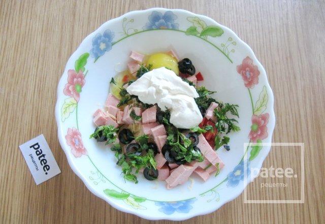 Закусочные оладьи с колбасой, сыром и помидором