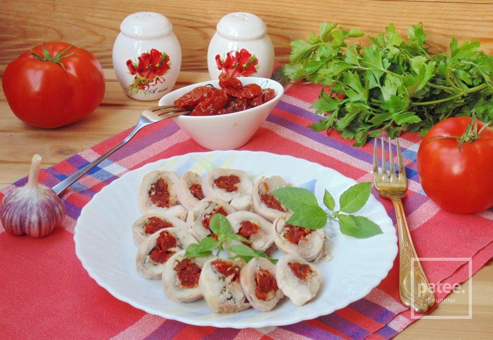 Рулетики из куриных бедер с вялеными помидорами