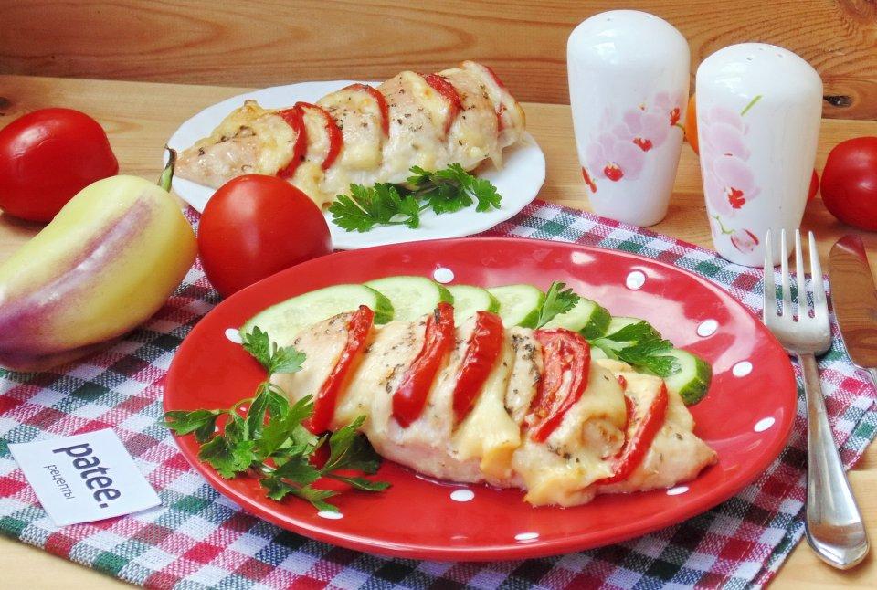 Сочная куриная грудка с помидорами и сыром