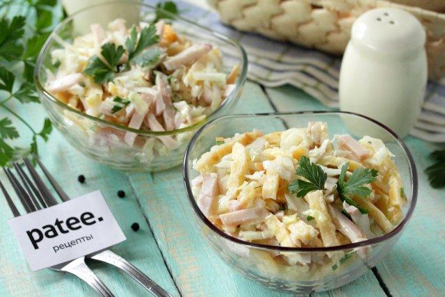 Салат из свежей капусты с курицей и сырными блинчиками