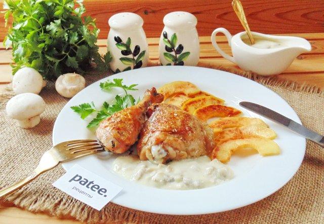 Запеченные куриные окорочка с айвой и грибным соусом