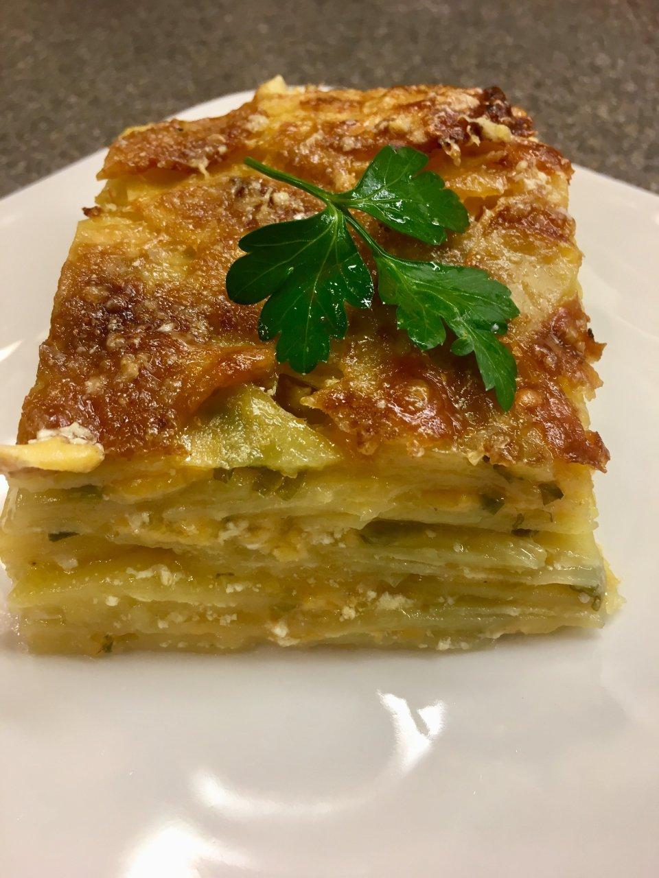 Картофельный гратен с 🧀 сыром чеддер, пармезаном и зелёным луком.