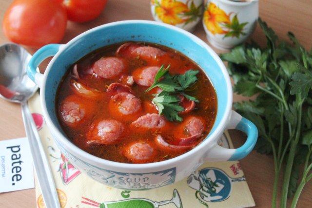 Томатный суп с фасолью и охотничьими колбасками