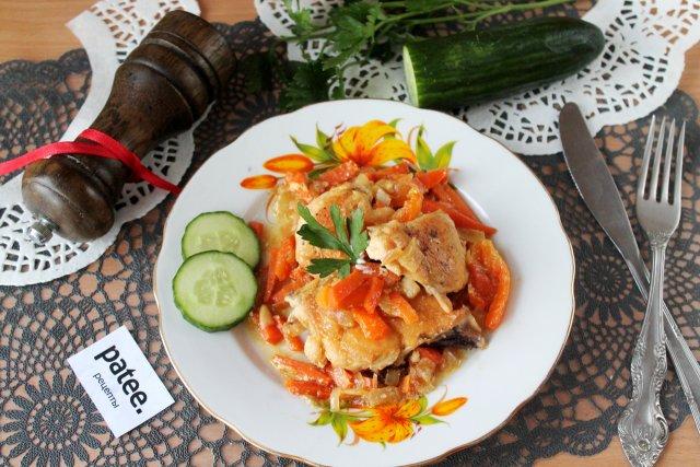 Курица тушенная с овощами на сковороде