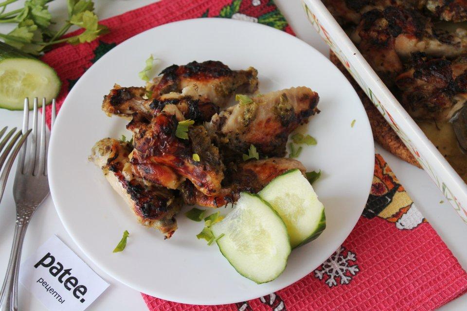 Куриные крылышки в маринаде из киви в духовке