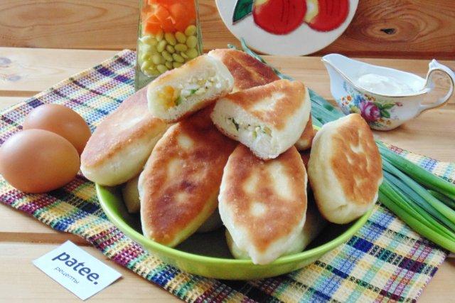 Жареные пирожки с яйцом и зеленым луком.