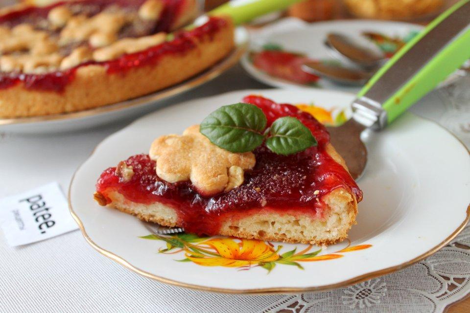 Пирог с вишневым повидлом и орехами на сливках
