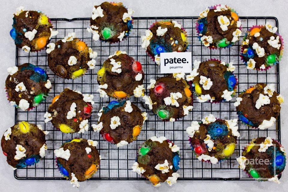 Шоколадные кексы с попкорном и M&M's