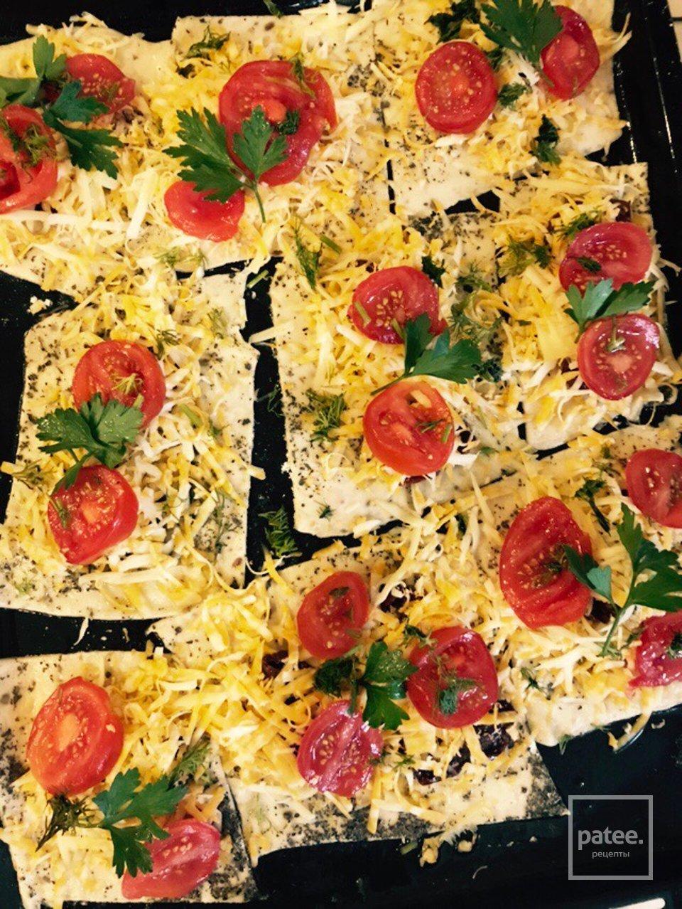 Мини - пиццы с помидорами и сыром!