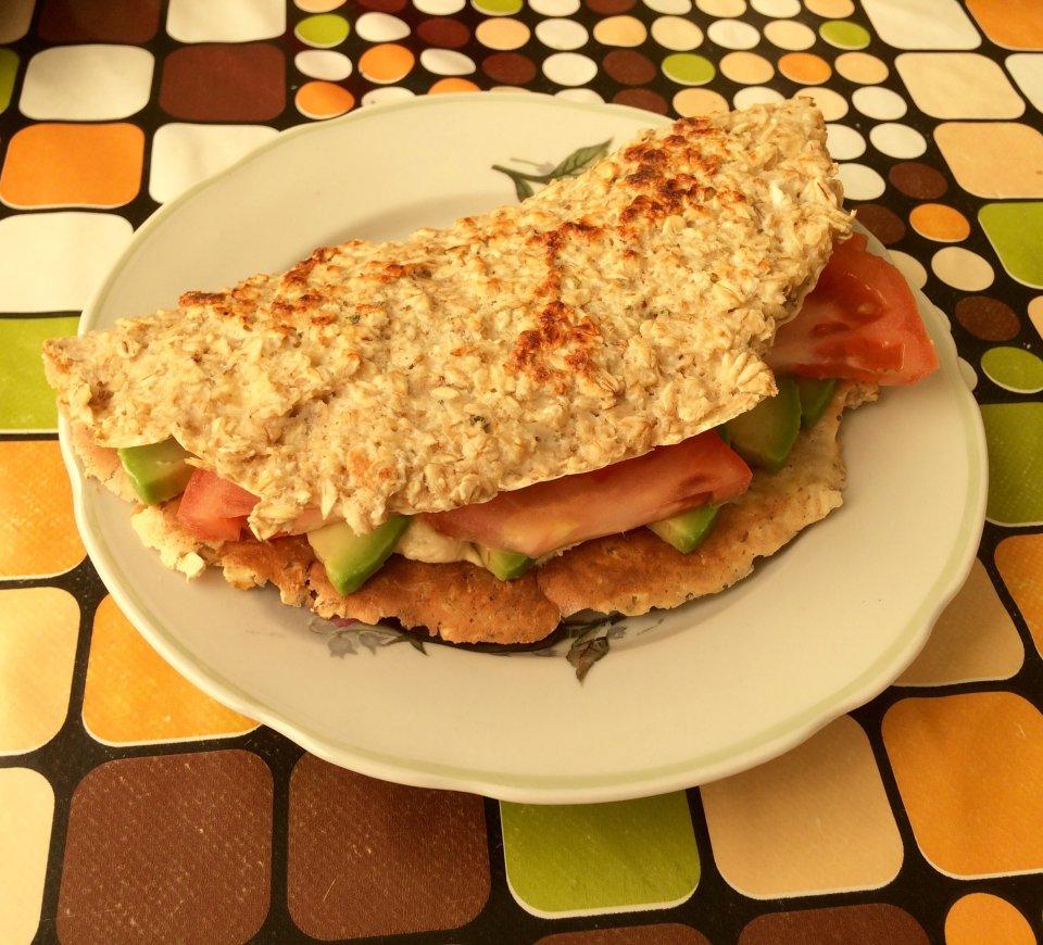 Овсяноблин с начинкой из хумуса, авокадо и помидоров