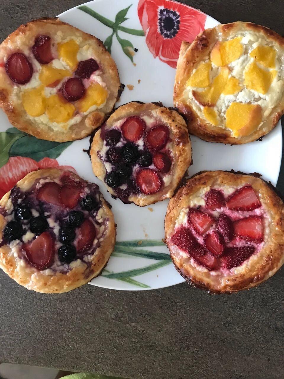 Слоеные пирожки с творожком и фруктами 🥧🍓🍑🍒