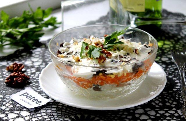 Слоеный салат с копченой курицей и черносливом