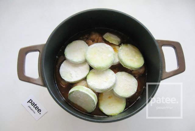 Куриные голени с кабачками в соево-медовом соусе