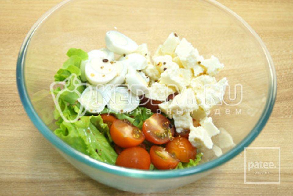 Салат с помидорами,сыром и перепелинными яйцами