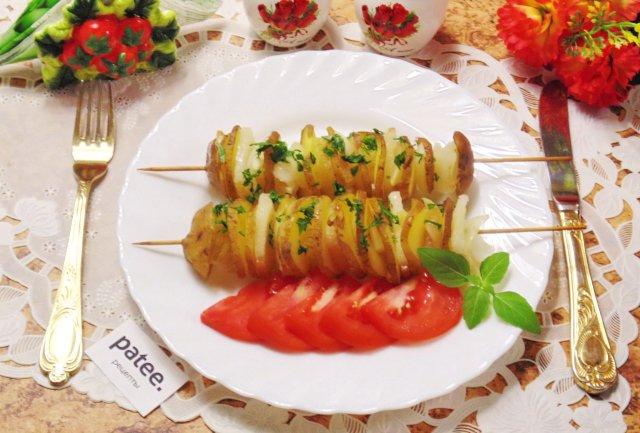 Оригинальный картофель на шпажках в духовке