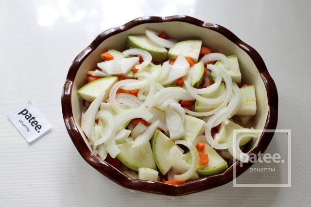 Свинина, запечённая с овощами и острым соусом