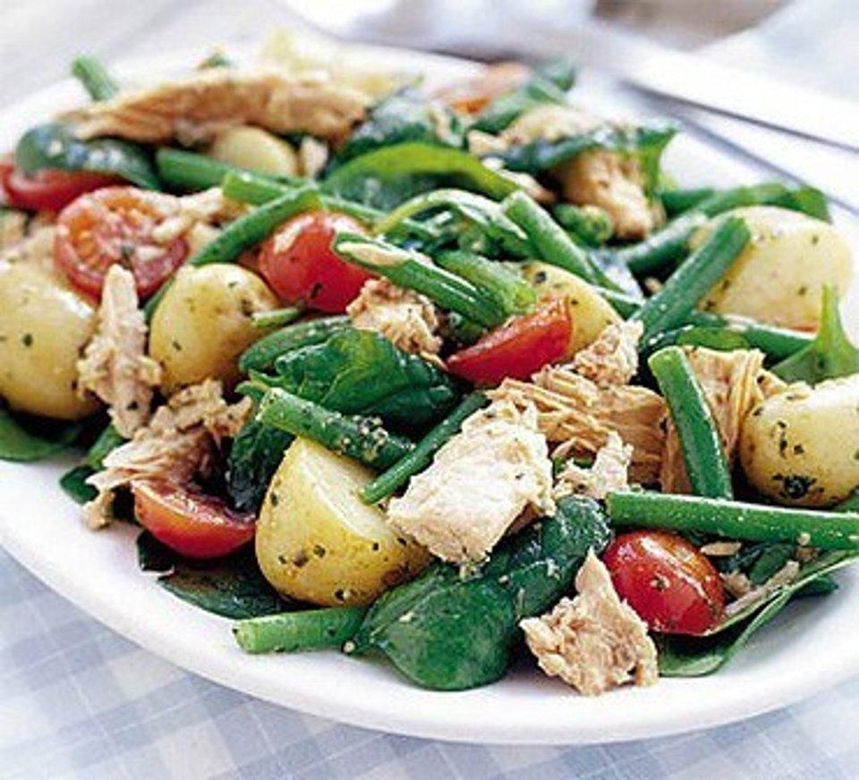 Горячий салат из картофеля, тунца и зеленой фасоли с соусом песто