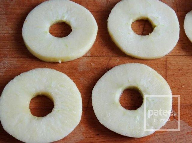 Яблочные кольца с медом, изюмом и орехами