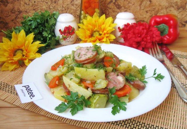 Овощное рагу с колбасками в духовке