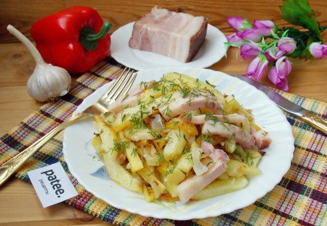 Жареный картофель с копченой грудинкой