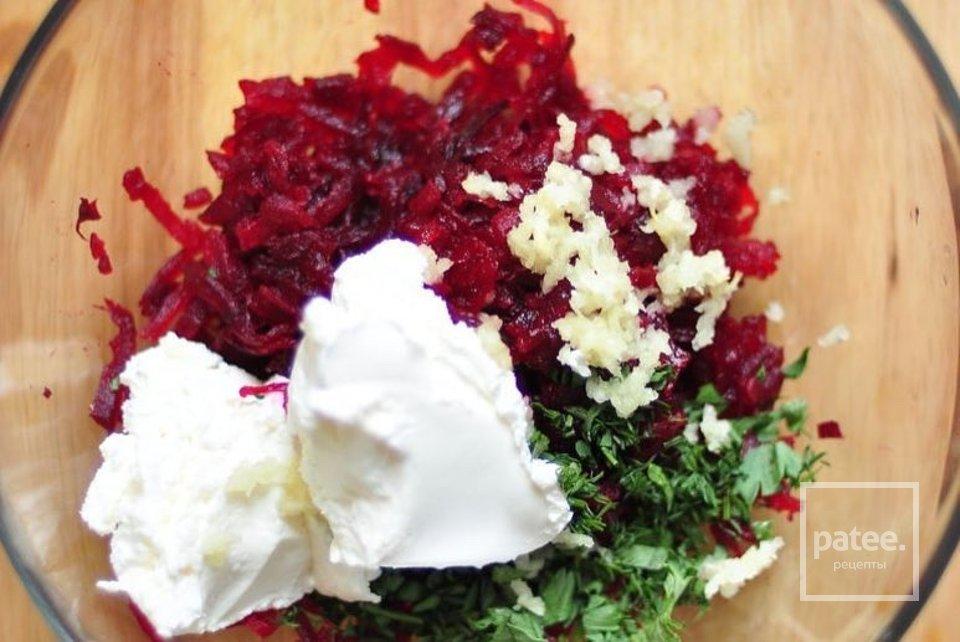 Салат «Свекольный» с чесноком и творожным сыром