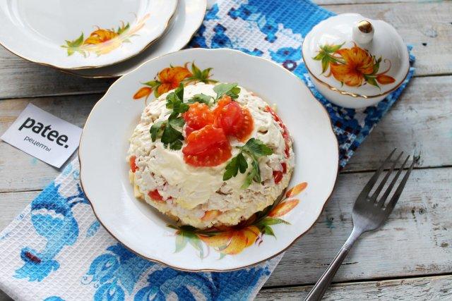 Слоёный салат с курицей и помидором