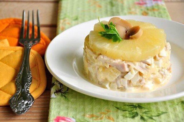 Салат куриный с грибами и ананасами