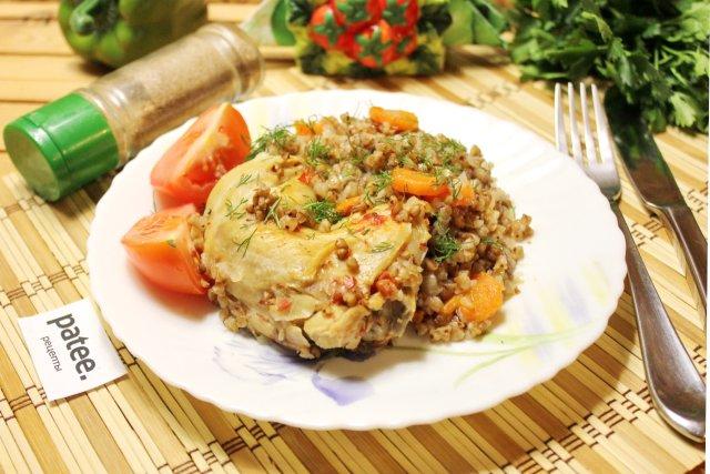 Куриные окорочка с гречкой и помидорами