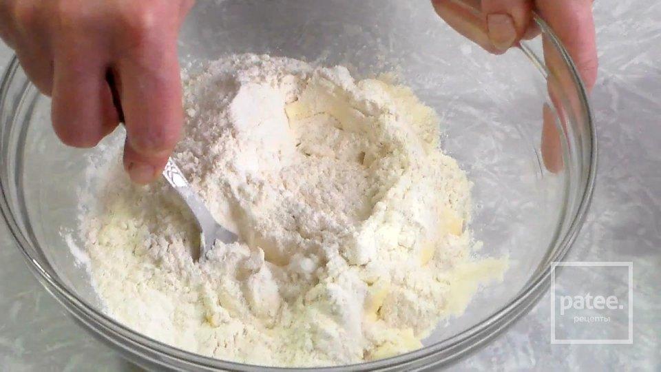Нежный пирог с меренгой яблоками и грушами
