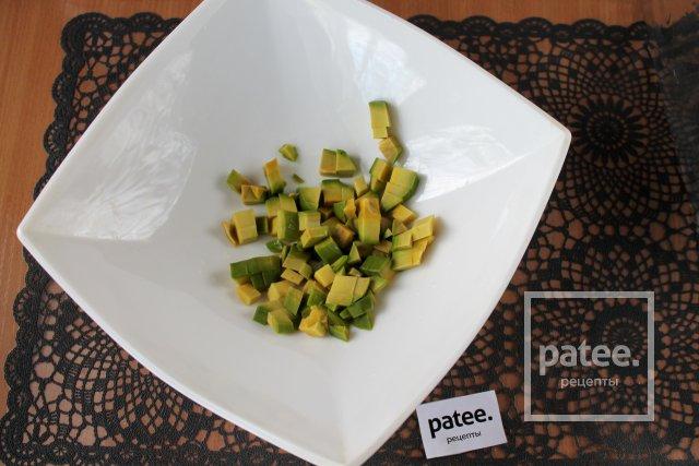 Салат с сайрой и авокадо