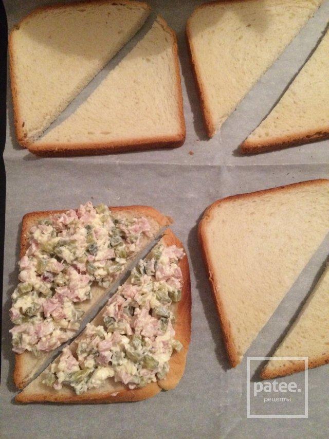 Горячие бутерброды с маринованными огурчиками и копчёной курицей.