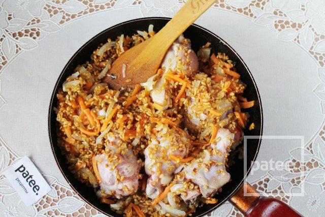 Плов из булгура с курицей на сковороде
