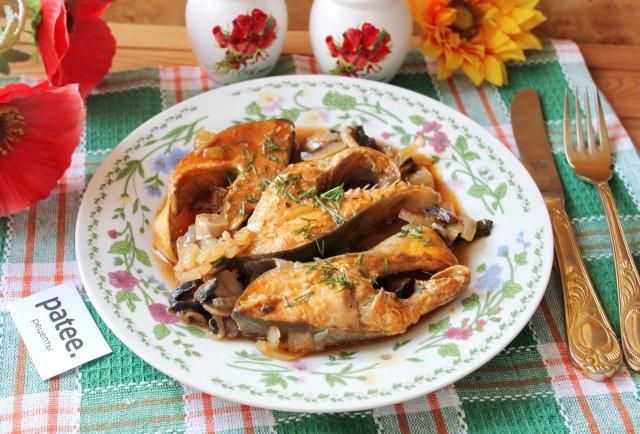 Горбуша с грибами в томатном соусе