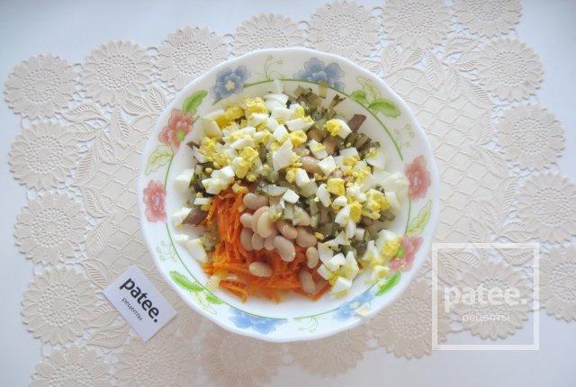 Салат с куриной печенью и маринованными огурцами